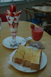 苺ジュースとトーストの組合せも最高でしたの〜♪