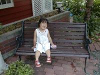 店の前のベンチにててんむす