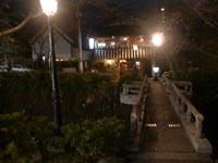 店の前には素敵な木橋、夜景が絵になります