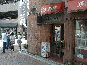煉瓦造りの建物が素敵。この日は店の前で撮影が行われてました。