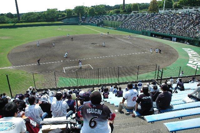 適度に傾斜があり、非常に見易い球場でした。
