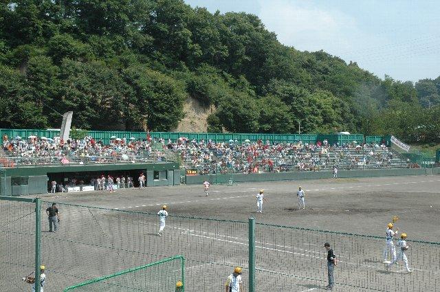 小さな地方球場ですが、意外にも観戦環境は良く整備されています。