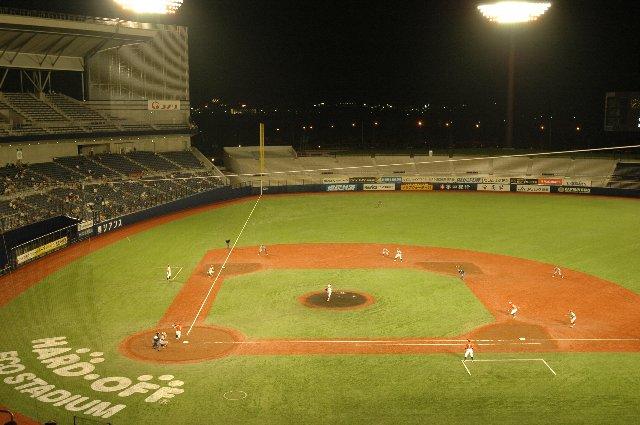 新しいオープンエアの球場ではナイターで観戦するに限る。