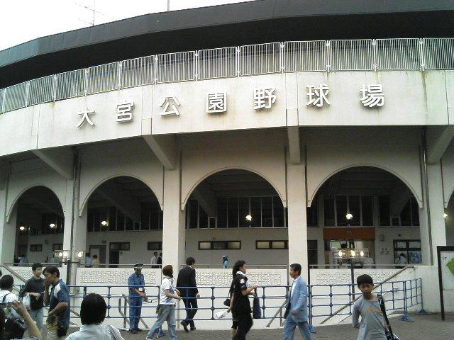 内野スタンドのアーチ構造が美しい球場です。