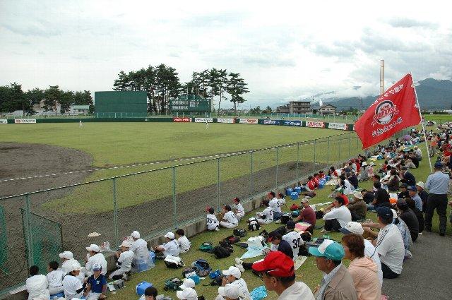 外野席の向こうは黒部の山。各打者は黒部に向かって打球を飛ばすことになります。そんな気持ちの良い球場、全国広しといえどそうそうないぞ。