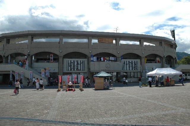 内野スタンドは地方球場としてはもったいないくらい良く整備されている。
